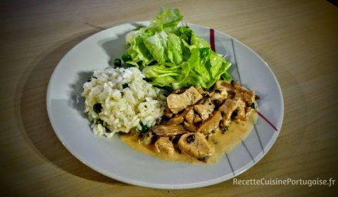 Strogsnoff de frango com arroz de ervilhas